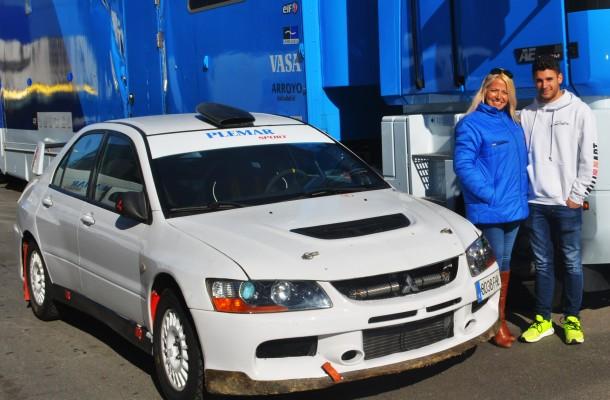 Tineo y su madre junto al Evo 9 con el participaran en el Rallye.